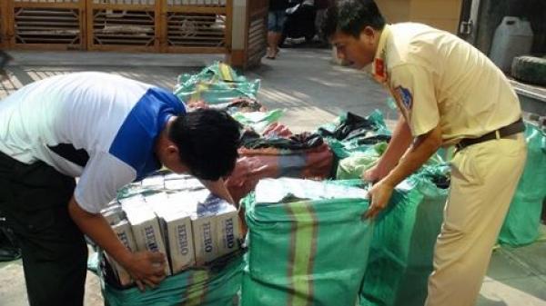Lái xe quê Hậu Giang cùng đồng bọn bị phát hiện đang vận chuyển 21.000 bao thuốc lá bằng xe tải được cải tạo để giấu hàng lậu