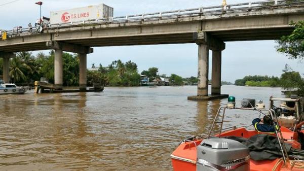 Miền Tây: Chìm sà lan đang lưu thông trên sông, đôi vợ chồng mất tích