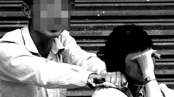 """Giải cứu một phụ nữ bị """"ngáo đá"""" khống chế trong taxi"""