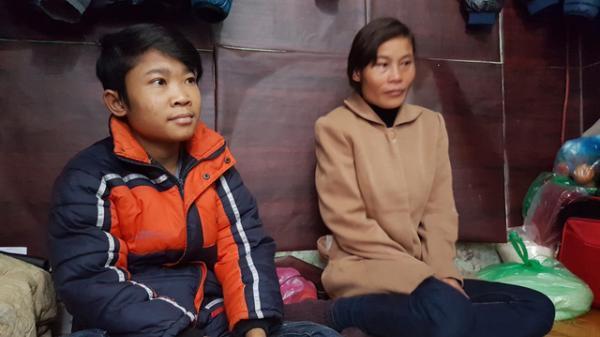 Xót thương cậu bé đánh giày quê Hòa Bình kiếm tiền chạy thận chỉ thèm đón Tết cùng bố mẹ