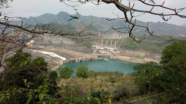 Du xuân đầu năm ngắm cảnh đẹp ngỡ ngàng ở đường lên tượng đài Bác Hồ - Thủy điện Hòa Bình