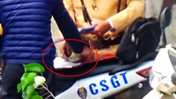 Người dân đưa tiền cho CSGT có phạm tội đưa hối lộ?