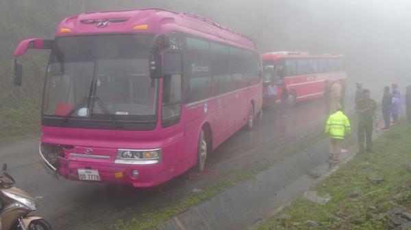 Liên tiếp xảy ra tai nạn giao thông liên hoàn do sương mù dày đặc trên tuyến Quốc lộ 6