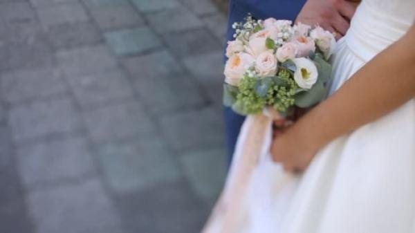 Cô gái mặc váy trắng khóc nức nở trong hôn lễ khiến hôn trường nhốn nháo