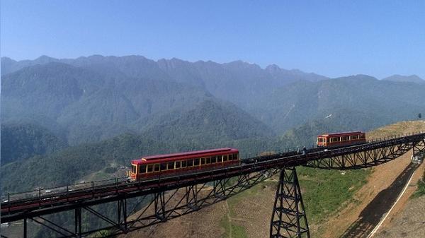 Tây Bắc đẹp dịu dàng qua ô cửa cabin tàu hỏa leo núi Mường Hoa