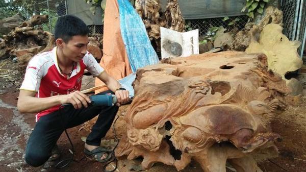 Chàng trai đất Mường đam mê với nghề điêu khắc gỗ