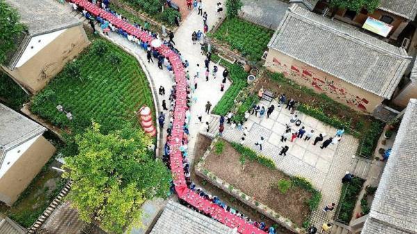 'Hoa mắt chóng mặt' với bữa tiệc sinh nhật dài hàng km của 100 cặp sinh đôi