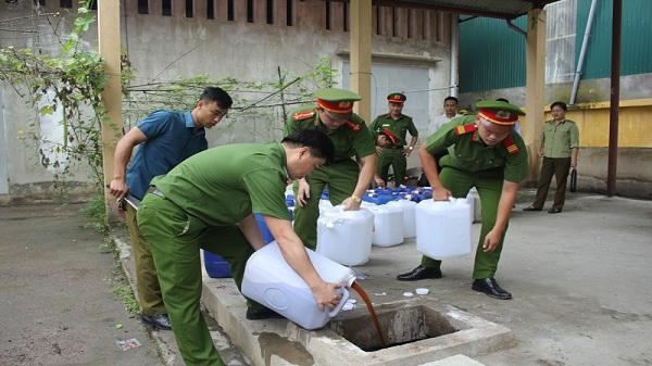 Hòa Bình: Tiêu hủy 1000 lít rượu không rõ nguồn gốc
