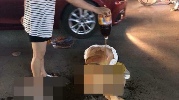 Đánh ghen kinh hoàng: Cô gái bị nhóm phụ nữ lột đồ, đổ nước mắm và muối ớt lên người giữa đường