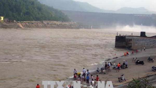Khuyến cáo người dân không được tắm sông Đà khi Thủy điện Hòa Bình xả lũ