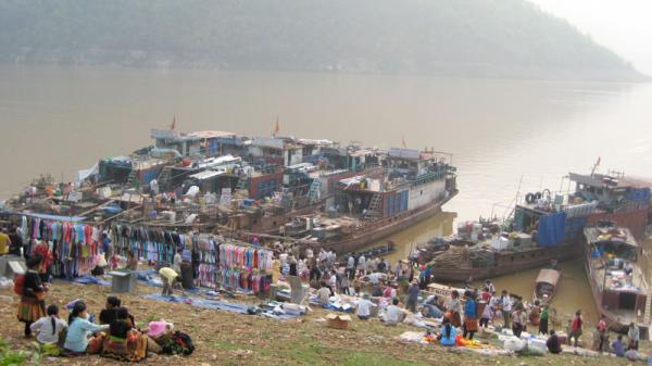 Chợ phiên - nét văn hóa đặc sắc trên hồ Hòa Bình