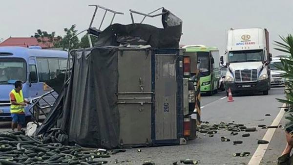 Xe tải húc đuôi xe khách trên cao tốc Nội Bài - Lào Cai, 2 người bị t.hương nặng