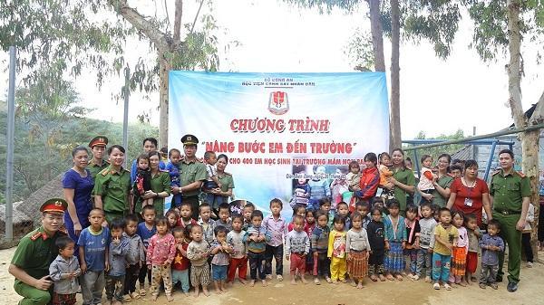 Cảm động: Chiến sĩ cảnh s át trẻ vượt đường xa, mang 400 suất cơm cho trẻ em nghèo Điện Biên