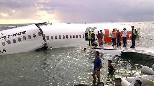 Indonesia đã tìm thấy máy bay chở 189 người lao xuống biển, có 20 quan chức chính phủ