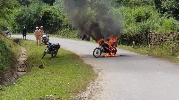 Lào Cai: Châm l.ửa đ.ốt xe cháy rừng rực trước mặt CSGT rồi bỏ đi