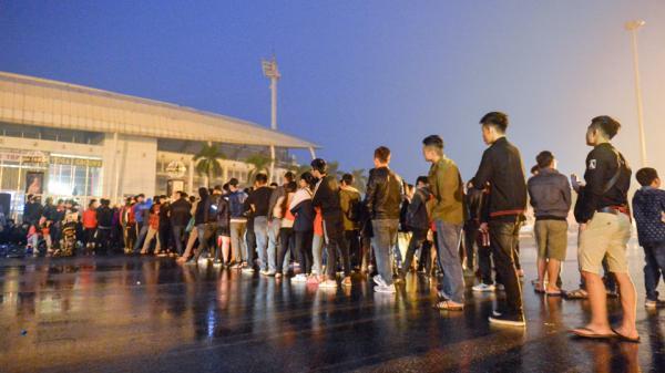 CĐV chen lấn, bật khóc vì mua vé xem AFF Cup 2018