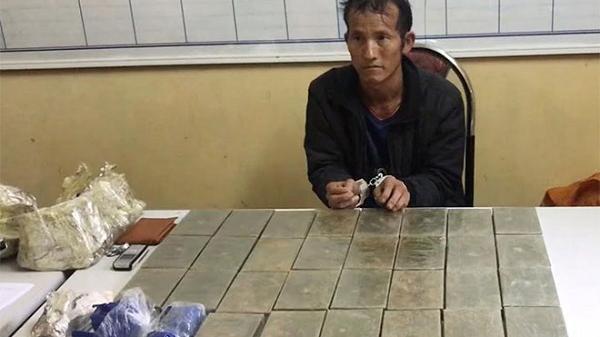 NÓNG: B.ắt đối tượng v.ận c.huyển 30 bánh h.eroin và 15 túi m.a t.úy tổng hợp ở Sơn La
