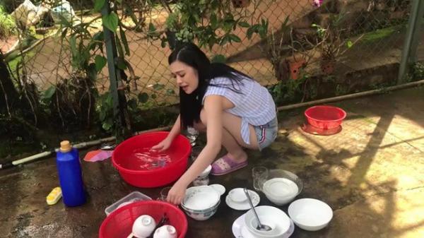 """Đã rửa chén đầy đủ trong lần đầu ra mắt, cô gái vẫn bị phán """"còn lâu mới lấy được chồng"""" vì... không chịu quét nhà!"""