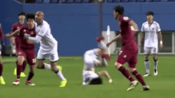 Kinh hoàng: Sao trẻ Hàn Quốc từng đánh bại U23 Việt Nam gãy cổ ngay trên sân cỏ
