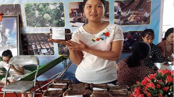 Phụ nữ xóm Hạnh Phúc khởi nghiệp với bánh gai