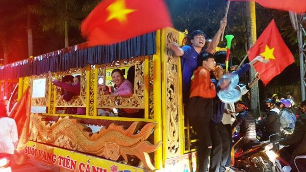 Độc lạ: Mang cả xe t.ang đi diễu hành mừng chiến thắng