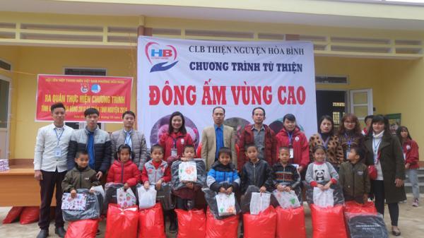 Hòa Bình: Tặng hơn 80 suất quà cho người dân xã Tân Dân