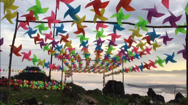 Choáng ngợp với ngọn đồi ở Hòa Bình được phủ kín bởi 145.000 chiếc CHONG CHÓNG và TAM GIÁC MẠCH mở cửa đón khách từ 22/12