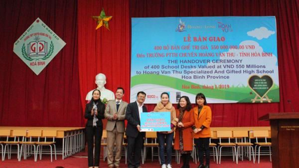 Tặng 400 bộ bàn ghế mới cho trường THPT Chuyên Hoàng Văn Thụ (Hòa Bình)