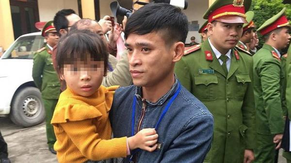 X.ét xử vụ chạy thận ở Hòa Bình: Bé gái được vào tòa vài phút để hát cho bố là bị cáo nghe