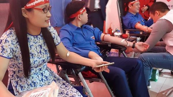 Gần 1.000 người hưởng ứng Chủ nhật Đỏ tại Hòa Bình