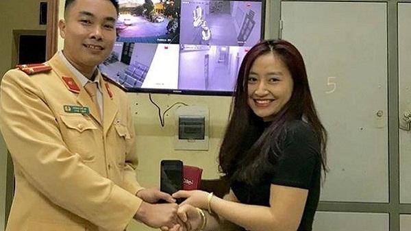 28 Tết, cô gái Hải Dương cực may mắn khi nhận lại được chiệc ví đánh rơi từ CSGT