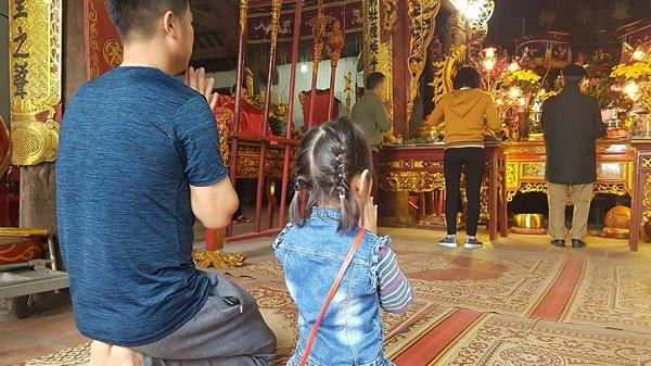 Hải Dương: Mùng 1 Tết, người dân tấp nập đi lễ đền chùa cầu may