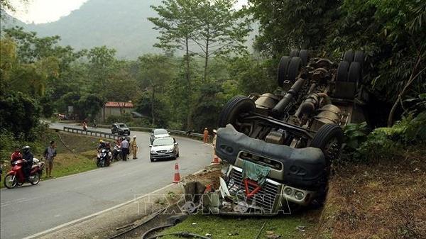 Điện Biên: Xuống dốc mất phanh, xe đầu kéo container bị l.ật hư hỏng nặng