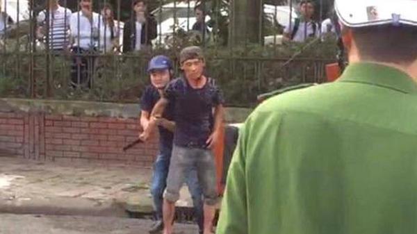 Hải Dương: Nam thanh niên nghi ngáo đá tự cầm dao c.ứa vào cổ phải nhập viện cấp cứu