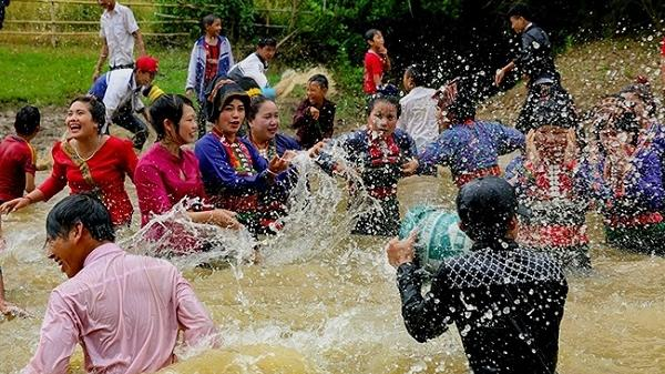 Cuối tuần về Điện Biên tham dự Tết Té nước của dân tộc Lào
