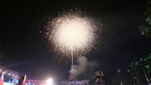 Clip: Hàng nghìn người đổ về quảng trường Điện Biên xem bắn pháo hoa