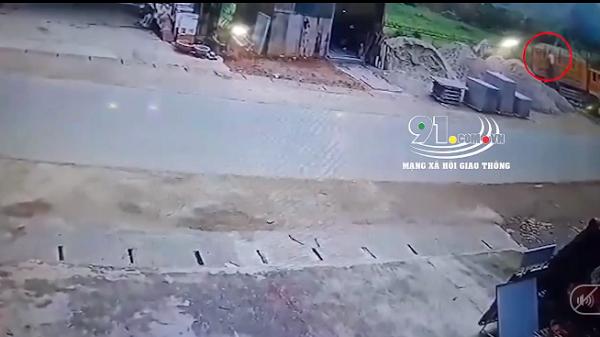 Clip: Tài xế ngã từ trên xe ben xuống, bị vùi trong đống cát chết thảm ở Hòa Bình