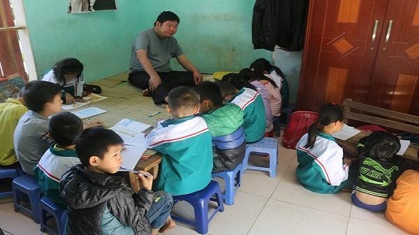 Xúc động người thầy khuyết tật hết lòng vì trẻ nghèo ở Hòa Bình