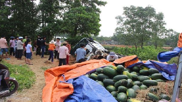 Xe tải lật nhào trên QL1, người dân giúp tài xế thu dọn dưa hấu
