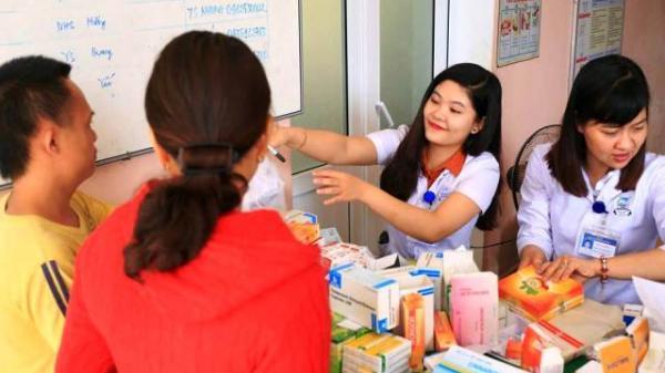 Nét đẹp các thầy thuốc trẻ bệnh viên TW Huế khám bệnh miễn phí cho người dân nghèo