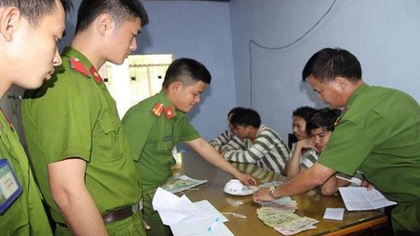 Thừa Thiên - Huế: Bắt nhiều đối tượng đánh bạc bằng hình thức xóc đĩa, nhiều con bạc đạp cửa tháo chạy