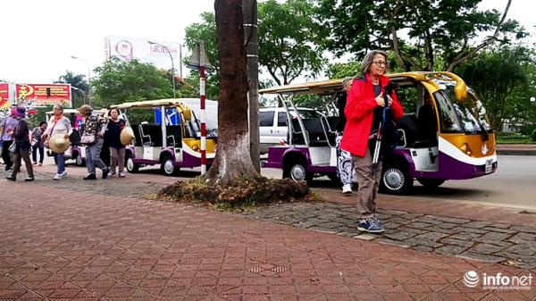 """Huế: Dịch vụ xe điện Hoàng Thành """"rầm rộ"""" ra đường đón, trả khách du lịch"""