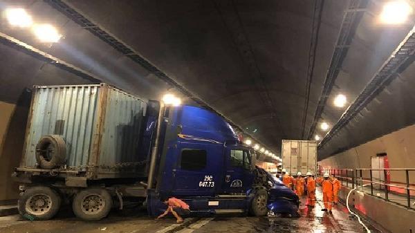 Huế: 2 xe đầu kéo húc nhau k.inh h.oàng trong hầm Hải Vân, giao thông t.ê li.ệt