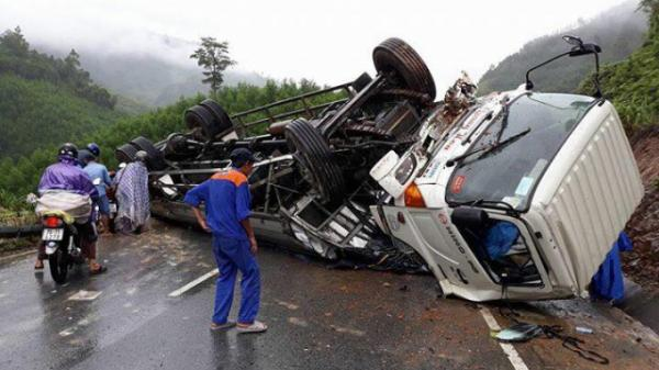 Thừa Thiên – Huế: Thót tim chứng kiến xe tải lật ngửa trên đèo A Co