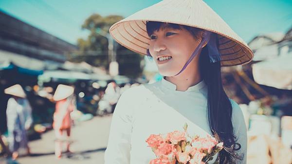 Chùm ảnh: Ngẩn ngơ ngắm thiếu nữ với áo dài, đội nón bài thơ - Nét duyên thầm rất riêng của Huế