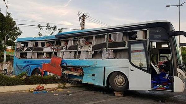 Tai nạn thảm khốc rạng sáng nay: 2 xe giường nằm t.ông nhau, 25 người th.ương v.ong