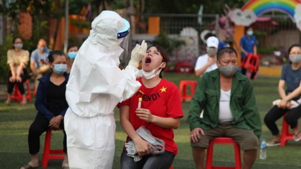 Ba nhân viên y tế ở Bắc Giang lây nhiễm COVID-19 khi lấy mẫu