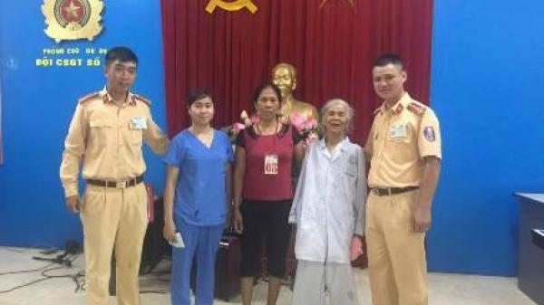 Bệnh nhân 77 tuổi ở Hưng Yên đi lạc bệnh viện may mắn được CSGT giúp đỡ