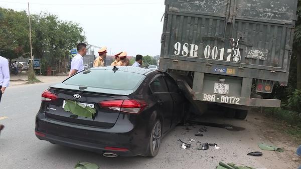 Khoái Châu: Ô tô va chạm với container làm một người bị thương