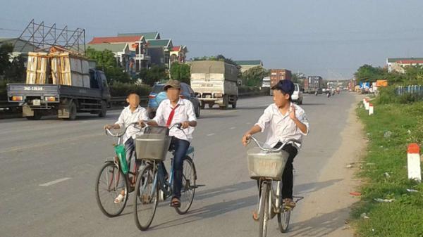Hiểm họa chực chờ học sinh dàn xe đi ngược quốc lộ 5 ở Mỹ Hào
